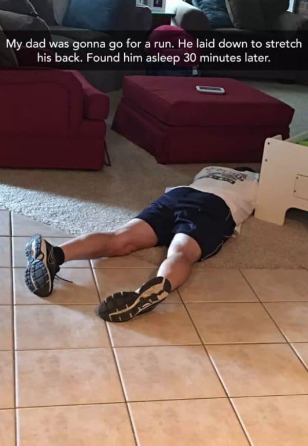 мужчина на полу