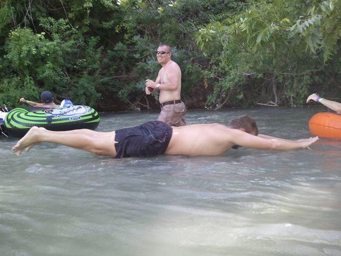 парень ныряет в воду