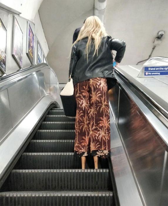девушка на эскалаторе