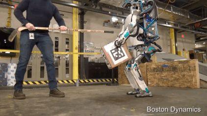 мужчина и робот