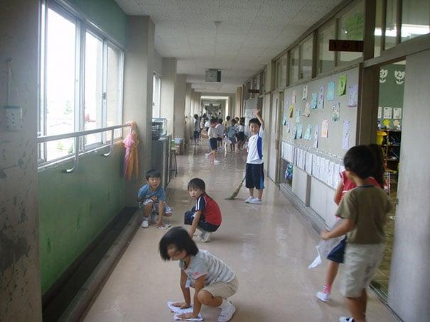 дети делают уборку