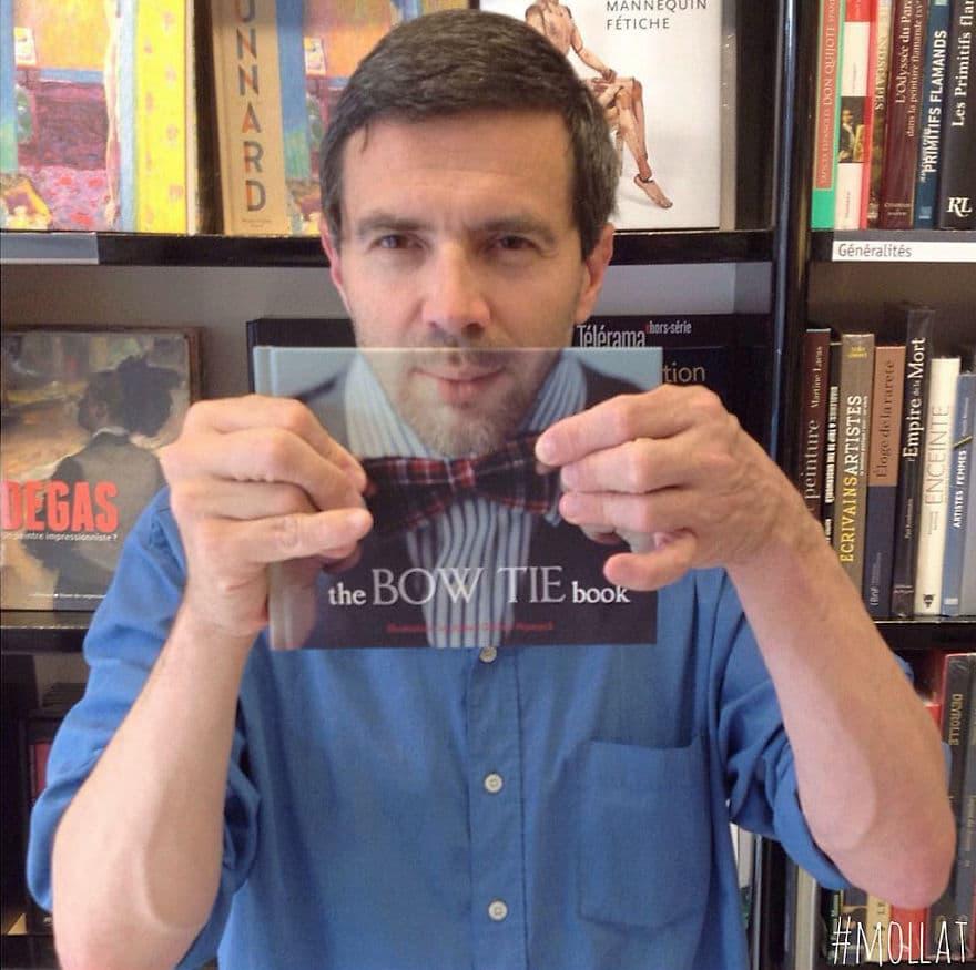 мужчина с книгой в руке