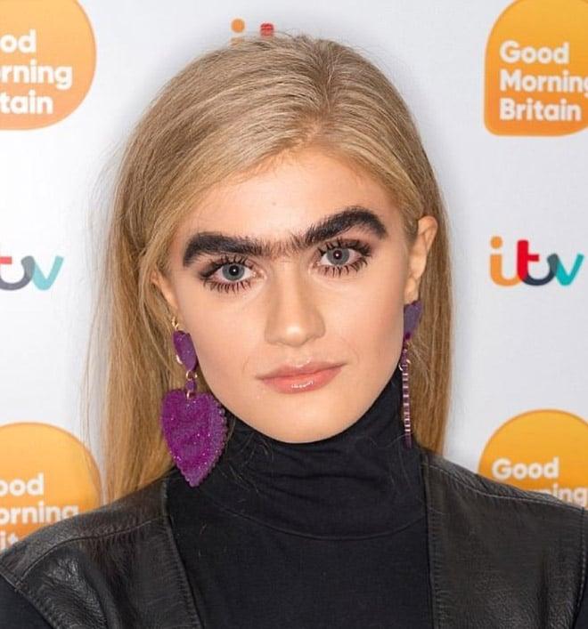 блондинка с черными густыми бровями