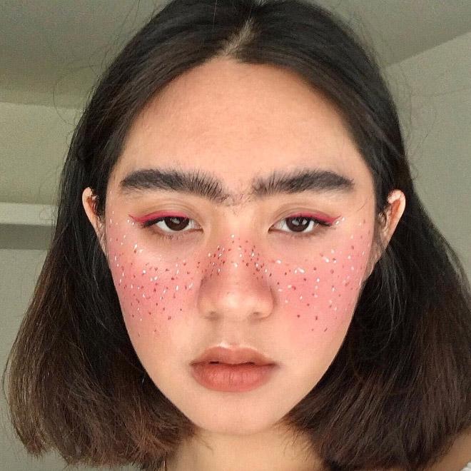 девушка брюнетка