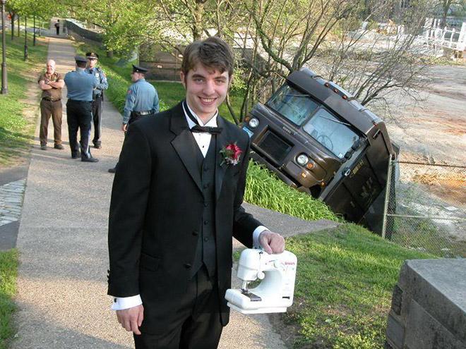 парень со швейной машинкой