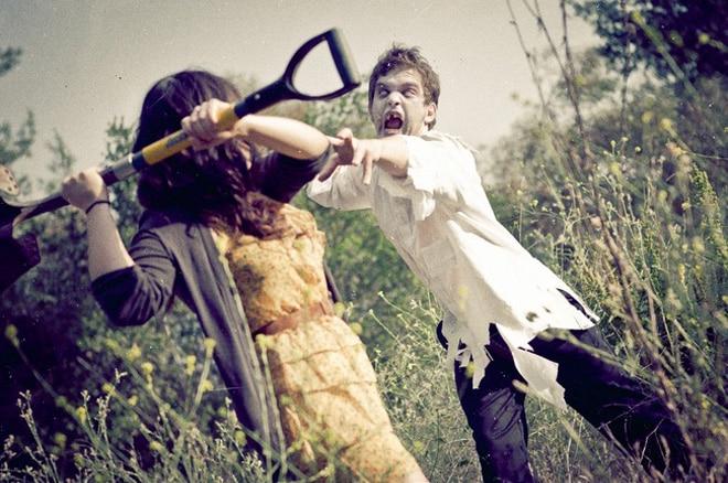 девушка и зомби
