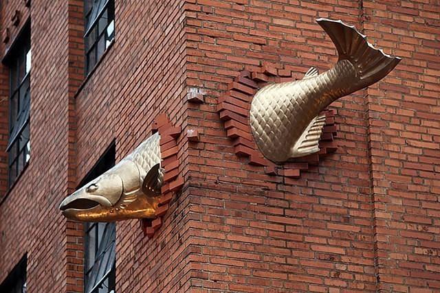 Скульптура лосося
