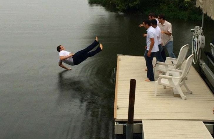 мужчина падает в воду