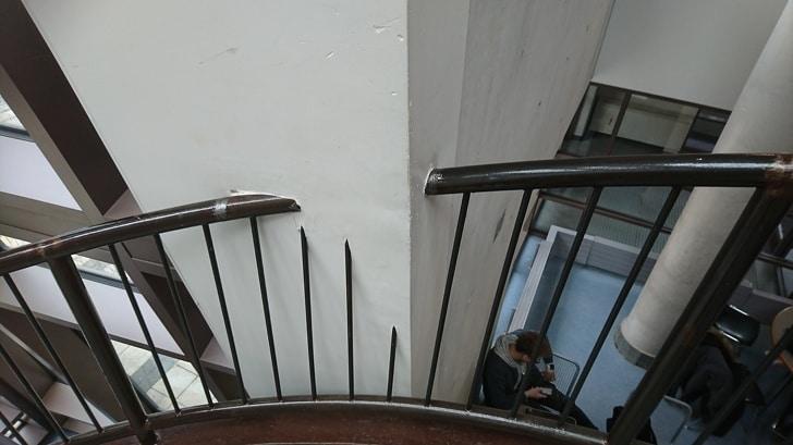 неправильный дизайн перил лестницы
