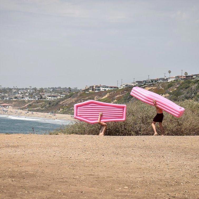 розовый матрас для пляжа