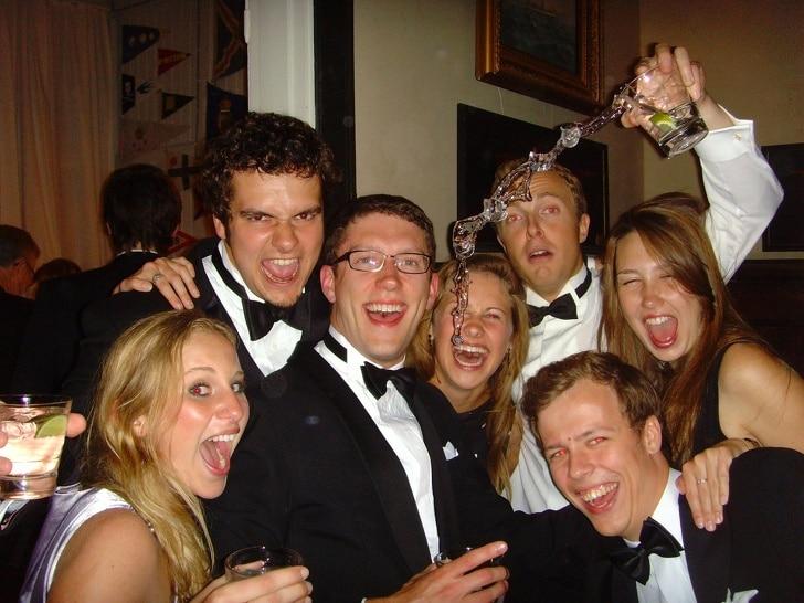 пьяные друзья на вечеринке