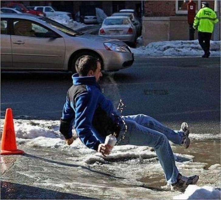 мужчина подскользнулся на льду
