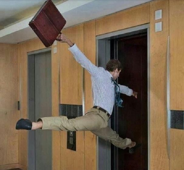 парень с дипломатом запрыгивает в лифт
