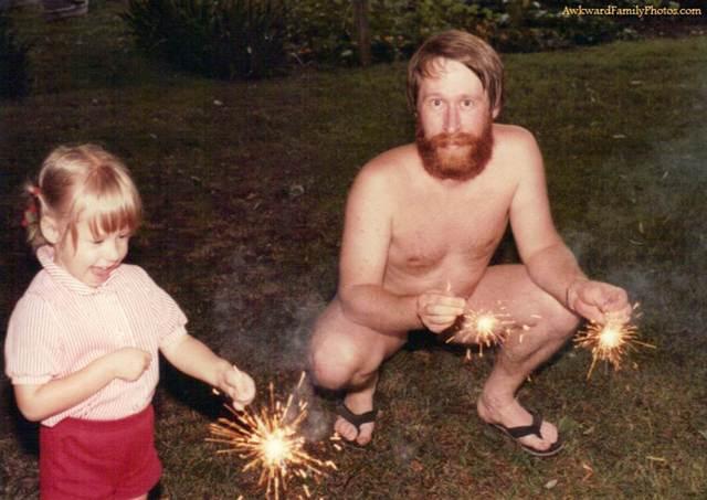 отец и дочка с бенгальскими огнями