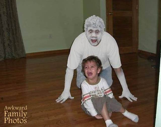 папа пугает ребенка
