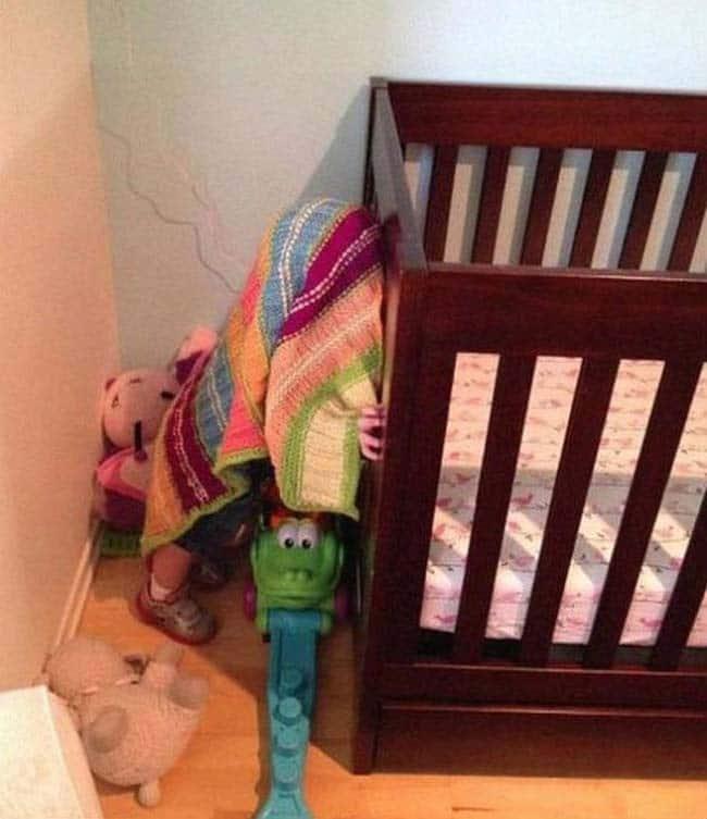 малыш и кроватка