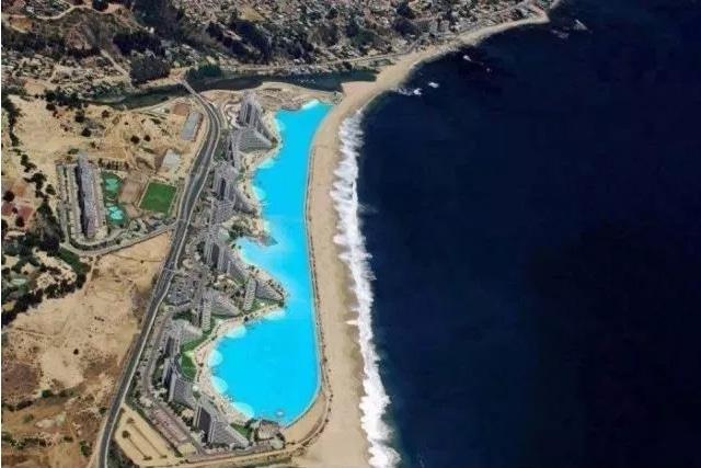 бассейн вдоль берега моря