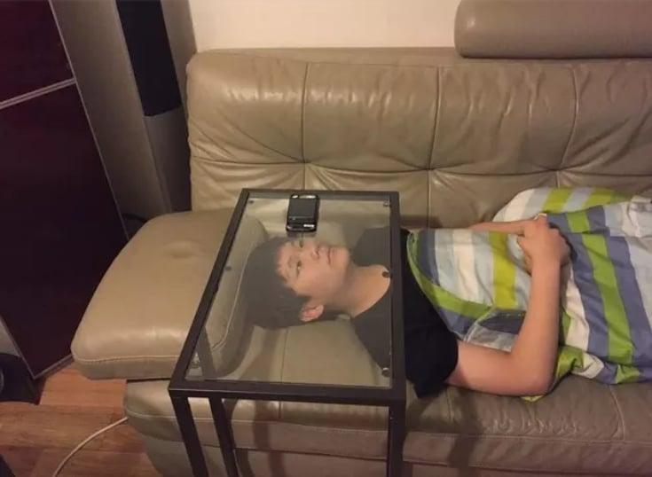 мальчик смотрит в телефон