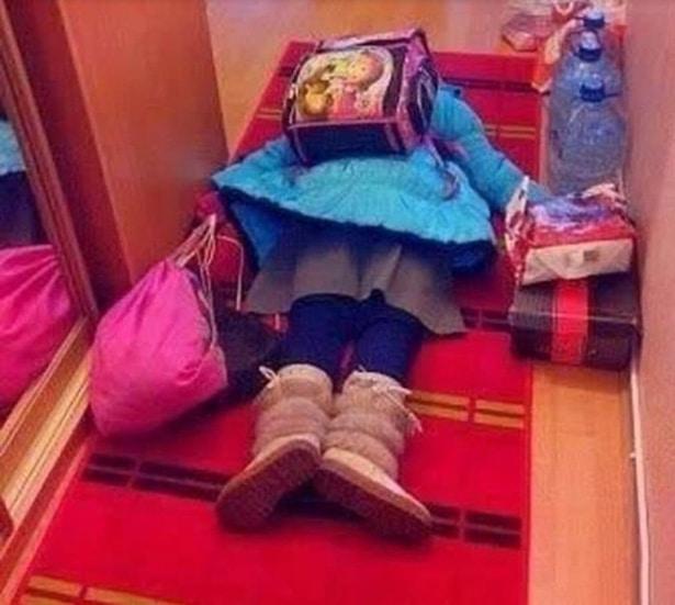 девочка с рюкзаком на полу