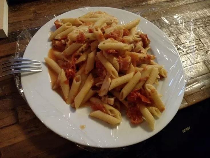 тарелка с макаронами
