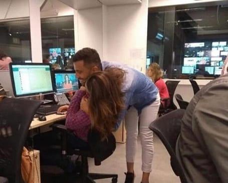 девушка обнимает парня за шею