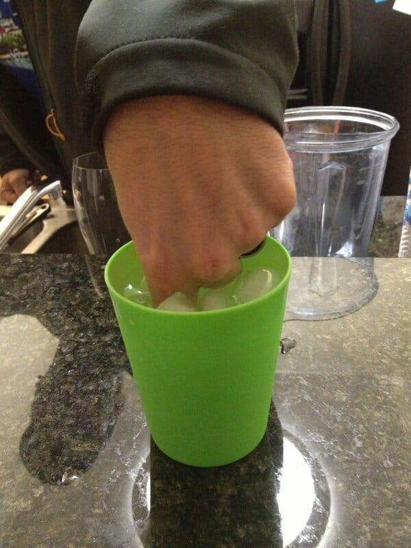 палец в чашке