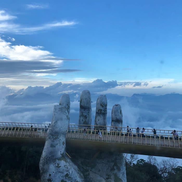 каменная рука держит мост
