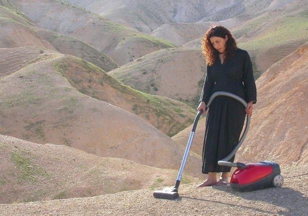 женщина пылесосит
