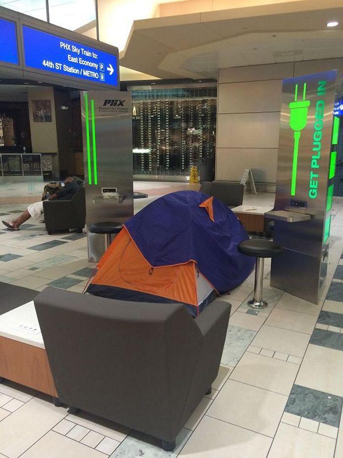 палатка в зале ожидания