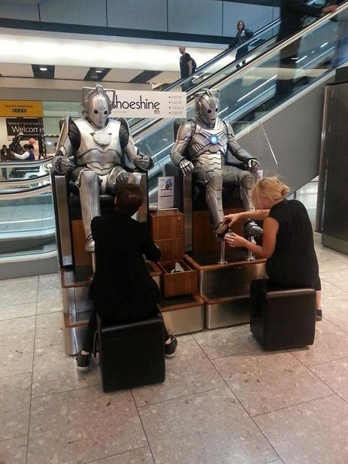 роботы сидят в кресле