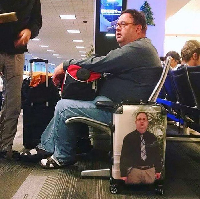 мужчина с чемоданом в аэропорту