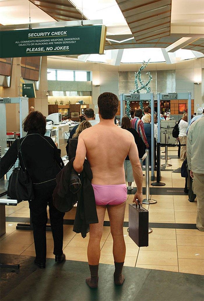 раздетый мужчина в аэропорту