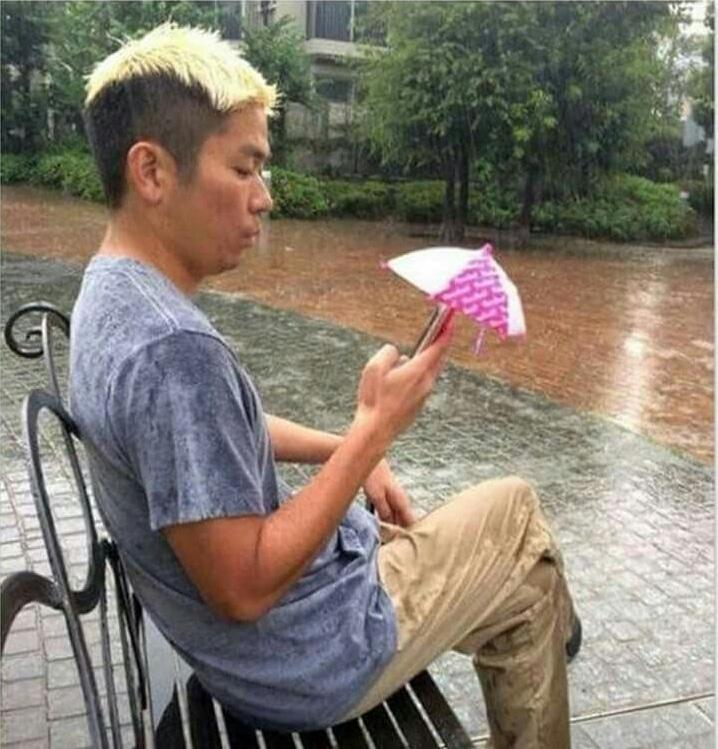 мужчина на скамье с телефоном