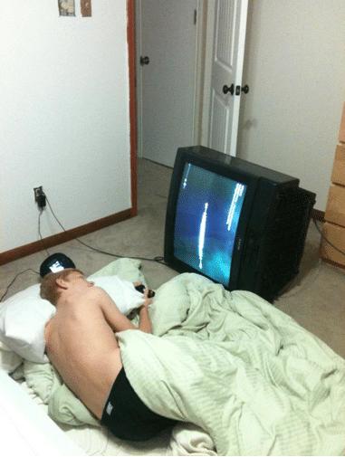 парень лежит перед телевизором