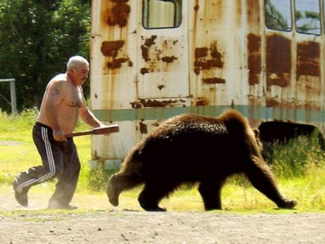 мужчина гонится за медведем