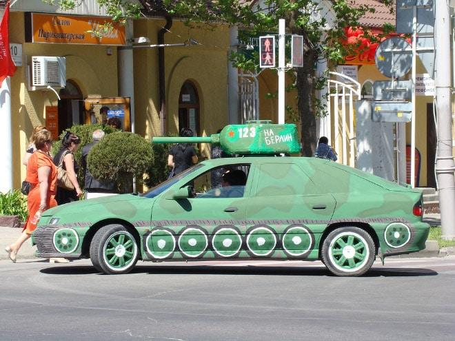 машина покрашенная под танк