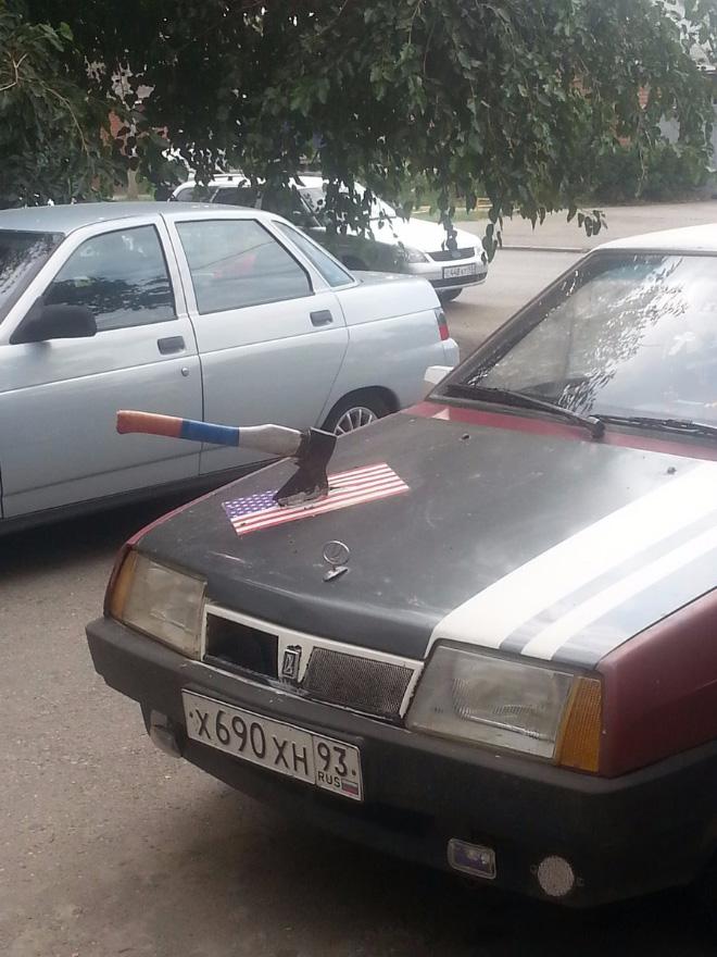топор в капоте машины