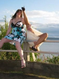 женщина падает с парапета