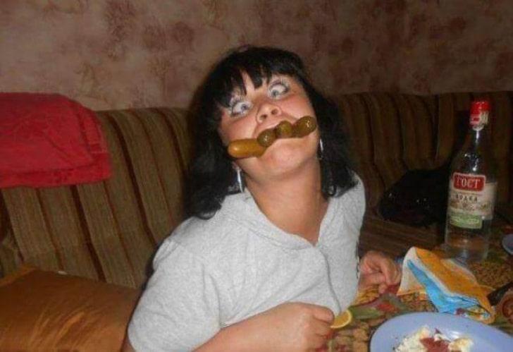 девушка с огурцами во рту