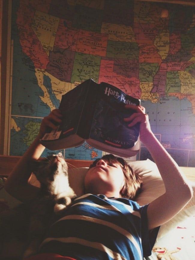 мальчик с книжкой и кот