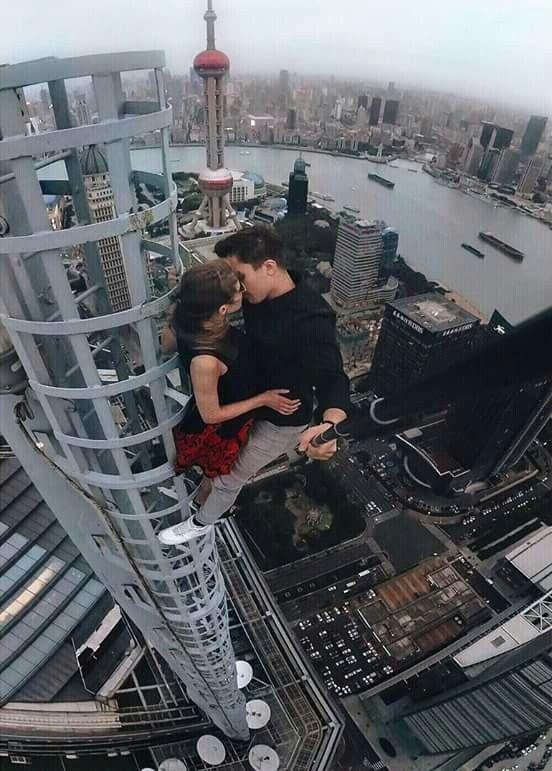 пара целуется наверху небоскреба