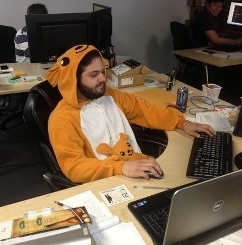 мужчина в оранжевой пижаме на работе