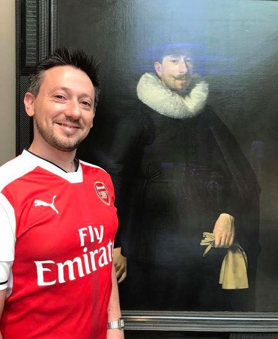 мужчина позирует на фоне портрета