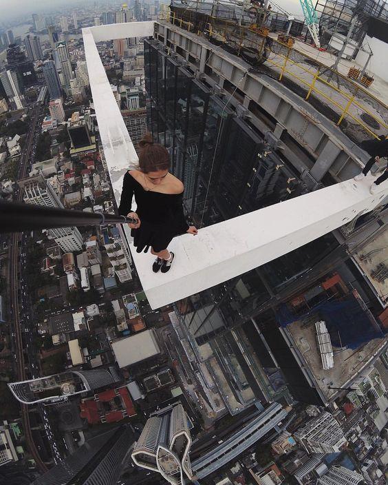 девушка на краю здания