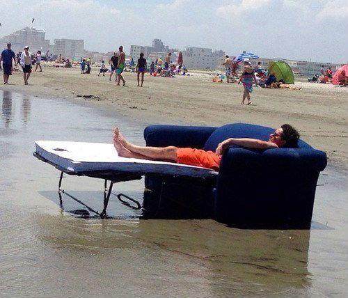 мужчина на диване на море