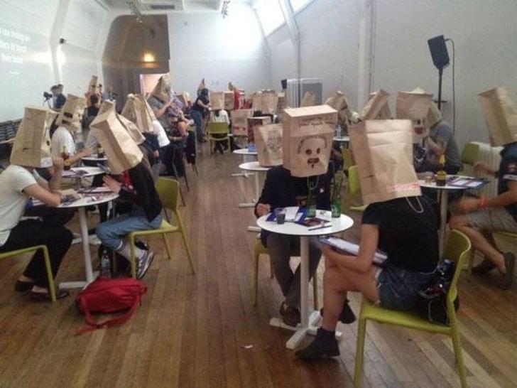 люди с пакетами на голове
