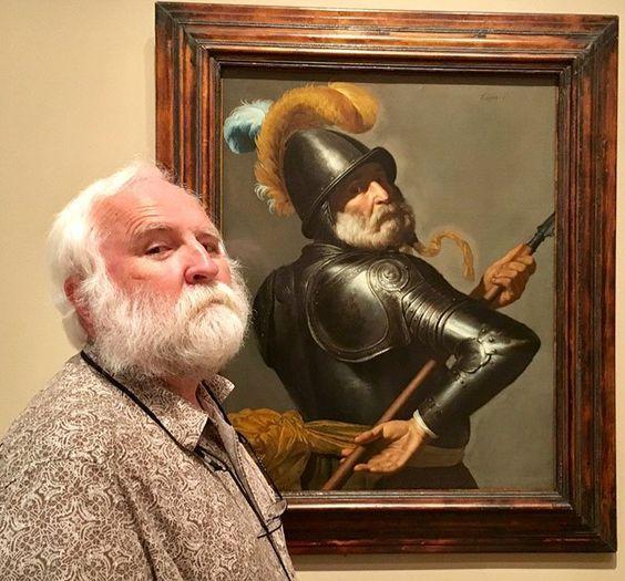 пожилой мужчина и портрет