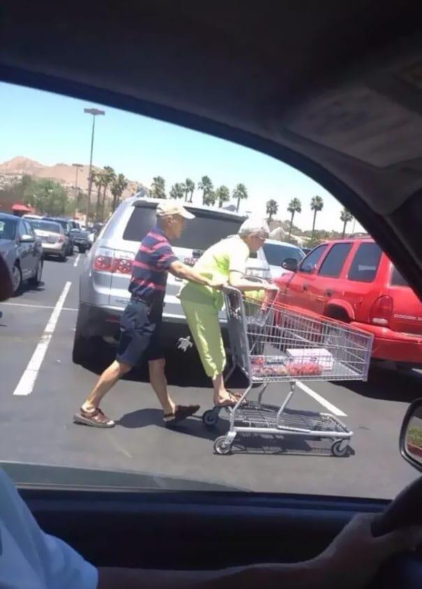 пожилая пара в супермаркете