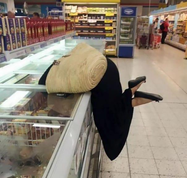 женщина в морозильной камере в супермаркете
