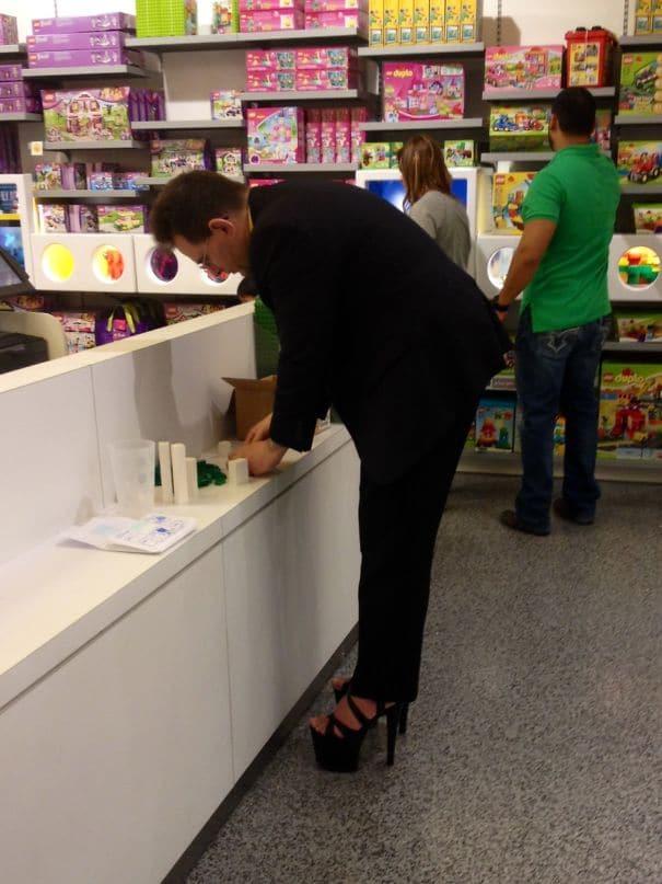 мужчина на высоких каблуках в супермаркете